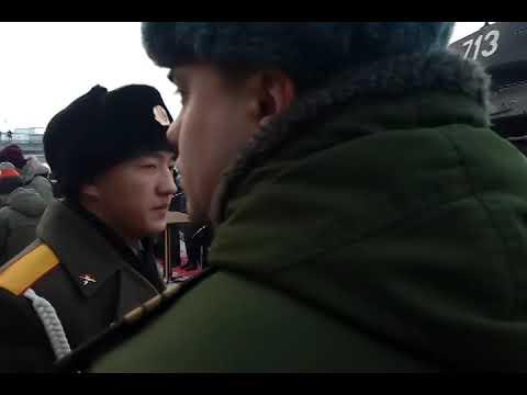 Колонна-советских-танков-Т-34-прибывает-на-вокзал-Новосибирск-Главный-из-Лаоса.-Военный-оркестр.