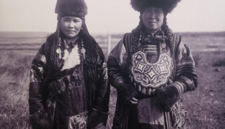 Невеста и сваха. фото Н.В. Федорова, 1912